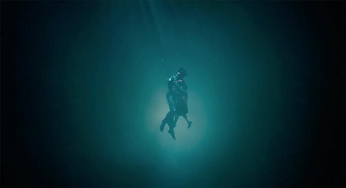 نمایی از فیلم سینمایی شکل آب