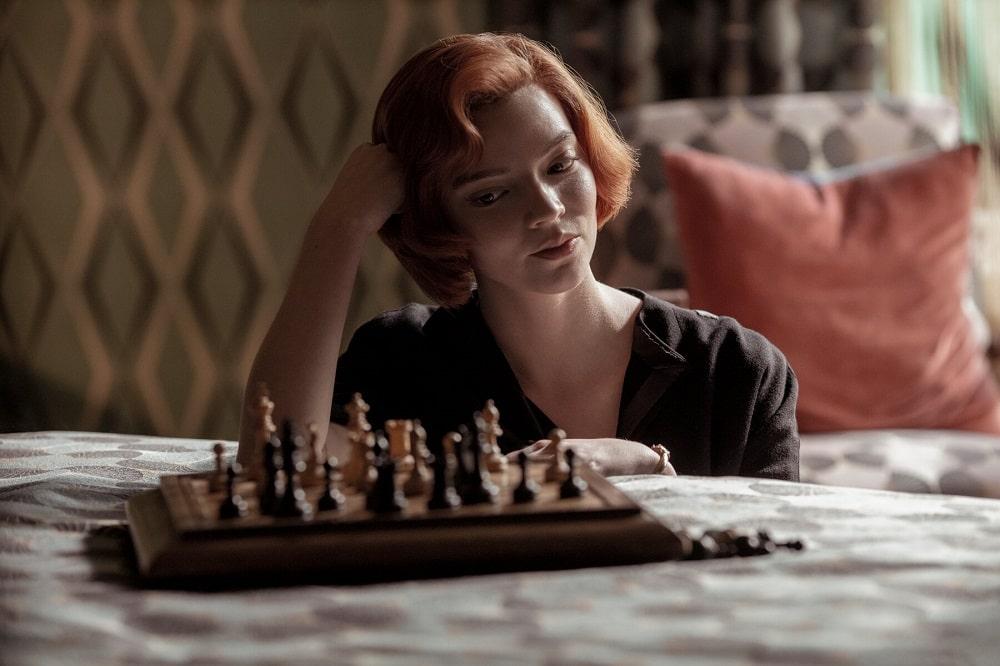 بهترین سریالهای کوتاه تاریخ جهان - گامبی وزیر (The Queen's Gambit)