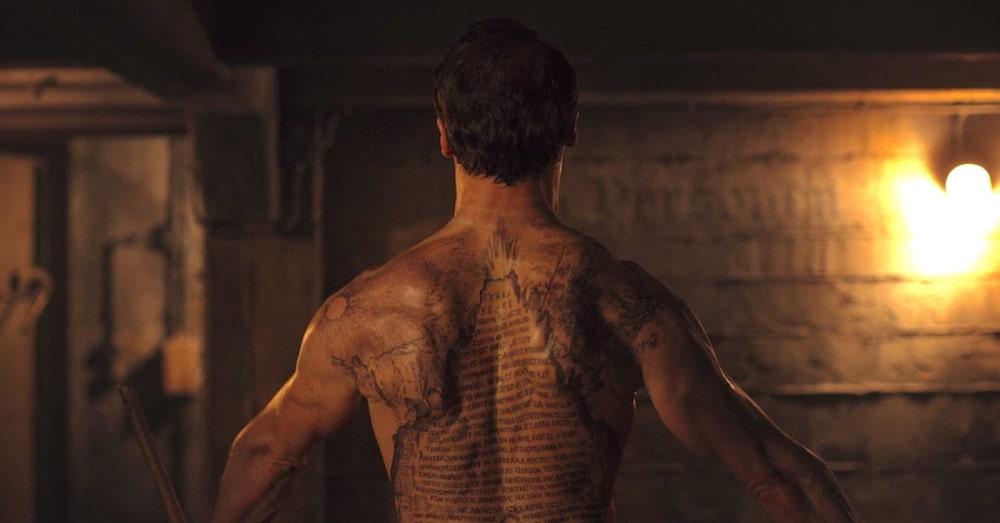نکات جذاب و خواندنی سریال دارک (Dark) - خالکوبی پشت بدن نواه به زبان مصری یونانی