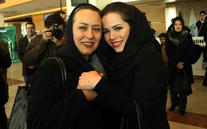 آزینا حاجیان و دخترش ملیکا شریفی نیا در سی و دومین جشنواره فیلم فجر