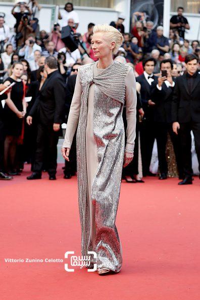 عکس تیلدا سوئینتن در افتتاحیه هفتاد و دومین جشنواره فیلم کن