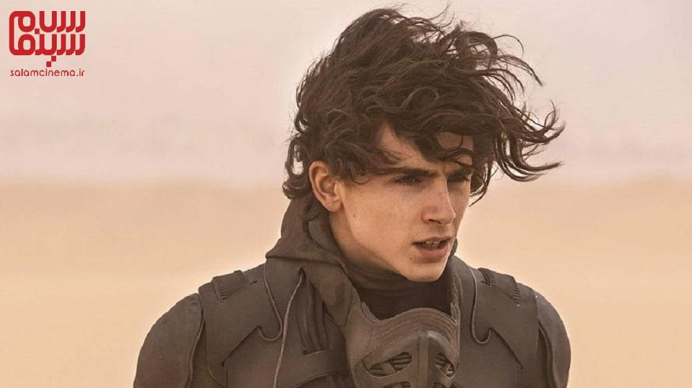 عکس تکی از تیموتی شالامت در باد ، بازیگر فیلم تل ماسه در صحنه ای از فیلم - معرفی فیلم تل ماسه