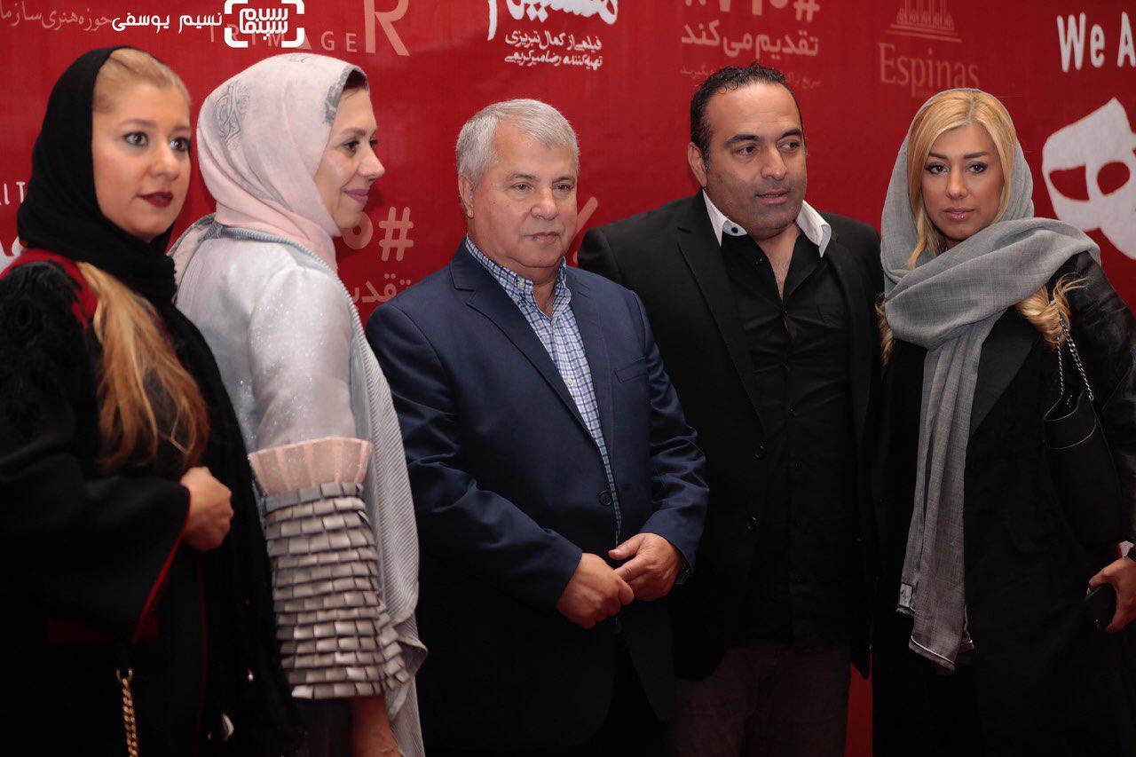 عکس علی پرویندر کنار خانوادهاش در اکران فیلم «ما همه با هم هستیم»