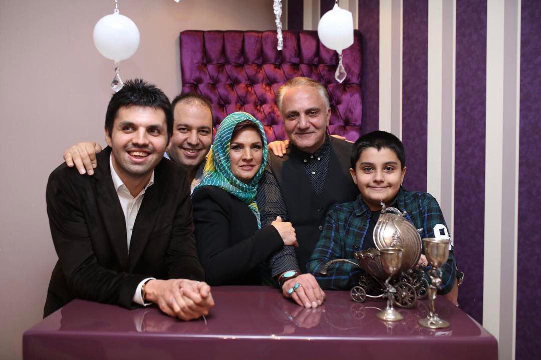 علی اوجی در کنار مرحوم علی و معلم و خانوادش