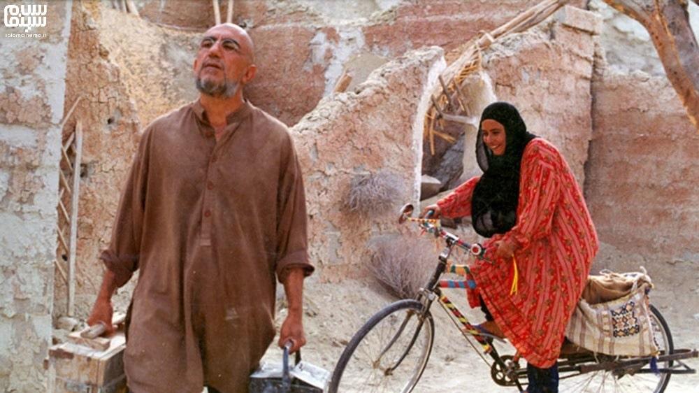 آزیتا حاجیان روی دوچرخه در کنار رضا کیانیان با گریم افغان- بهترین فیلم های عاشقانه جنگی دفاع مقدس