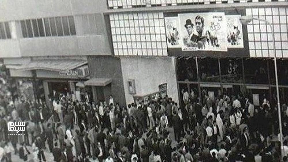 صف شلوغ برای تماشای طوقی قبل از نقلاب- تاریخچه غیررسمی سینمای ایران