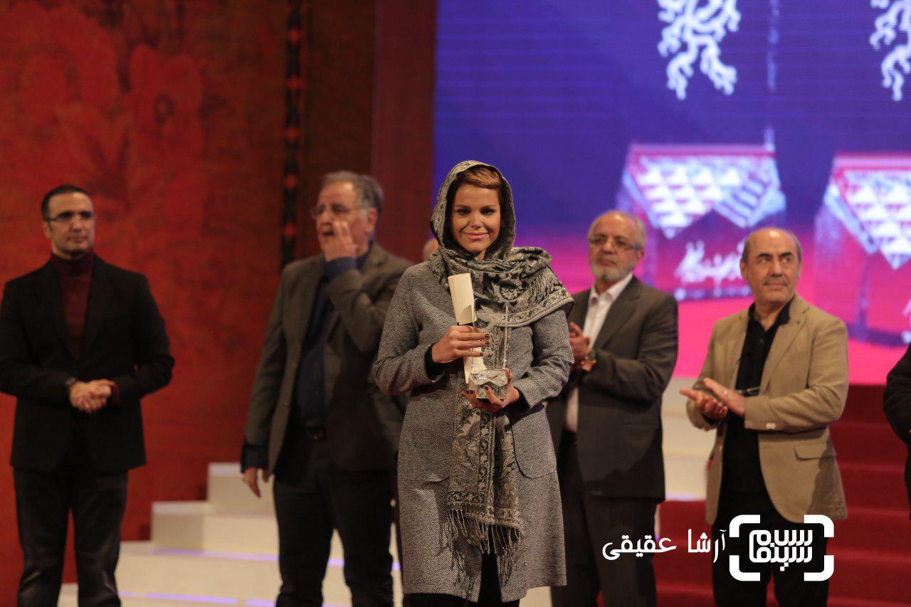 جمشید هاشم پور در غیاب پدرش سیمرغ بلورین بهترین بازیگر مکمل مرد را برای «دارکوب» در جشنواره فیلم فجر36 دریافت کرد