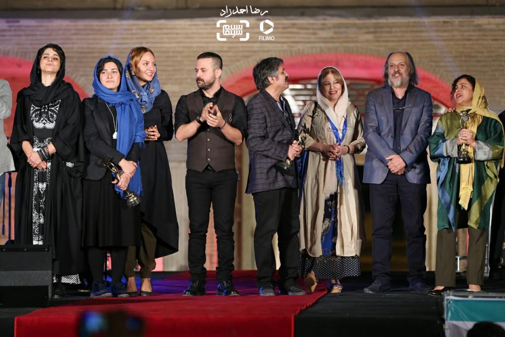 اجرای دسته جمعی «ای ایران، سرای امید» توسط هنرمندان در هجدهمین جشن سینما ایران