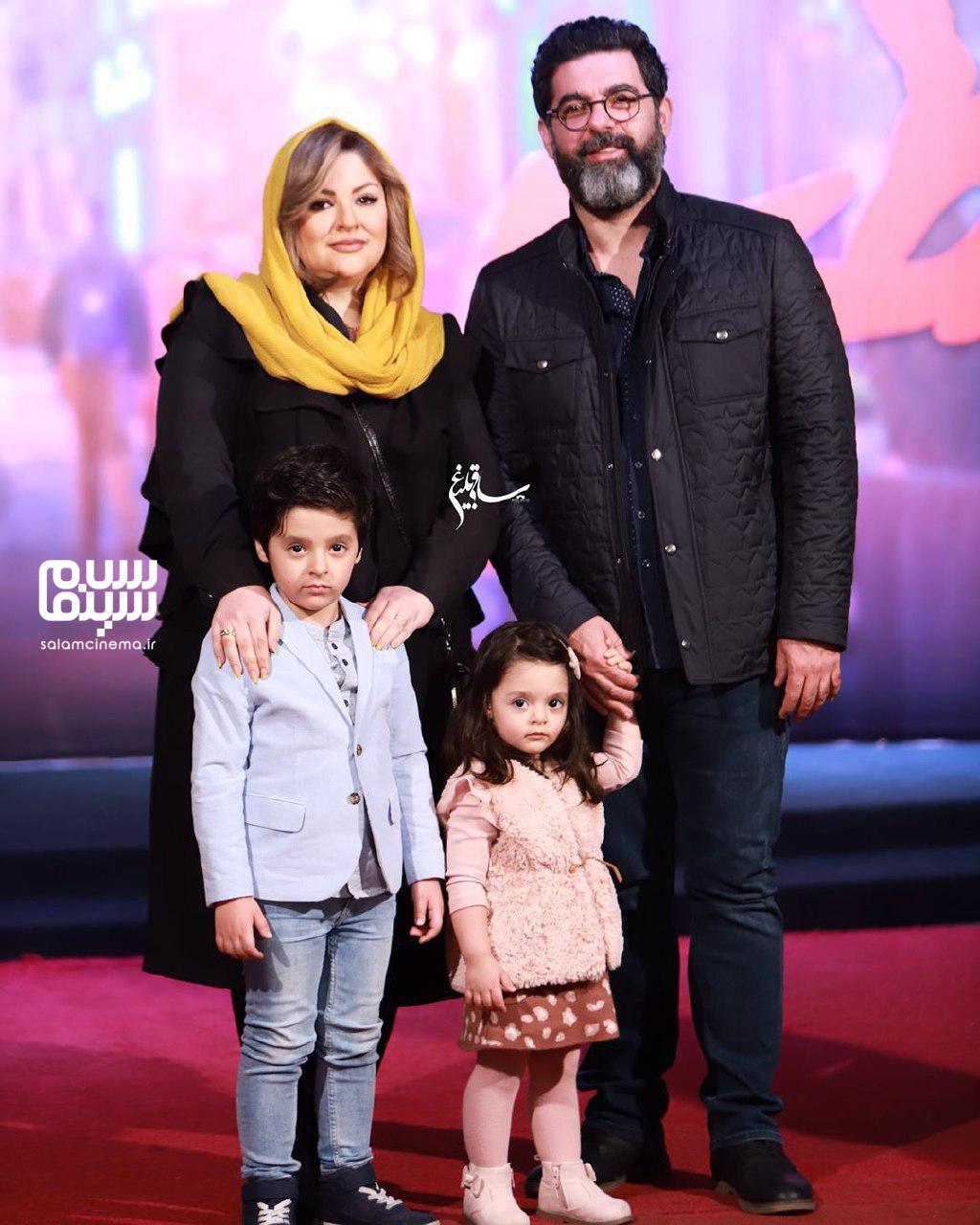 مصطفی کیایی درکنار همسر و فرزندانش - اکران خصوصی فیلم مطرب - سینما چارسو