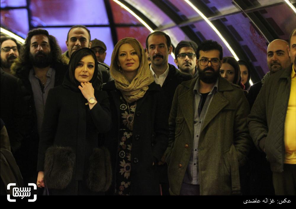 ابراهیم ابراهیمیان و همسرش سارا سلطانی به همراه ساره بیات در فرش قرمز فیلم «عادت نمی کنیم» در کاخ سی و چهارمین جشنواره فیلم فجر