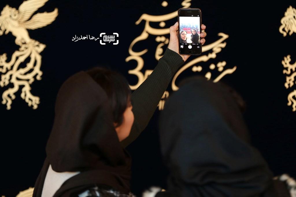 بهاره کیان افشار و هستی مهدوی فر در اکران فیلم «کمدی انسانی» در جشنواره فیلم فجر35