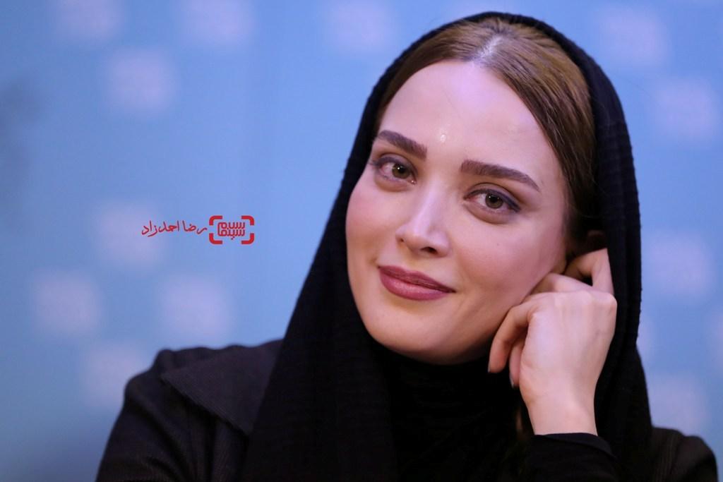 بهنوش طباطبایی در نشست خبری فیلم «زیر سقف دودی» در سی و پنجمین جشنواره فیلم فجر