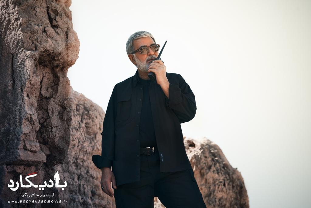 پرویز پرستویی در نمایی از فیلم «بادیگارد»
