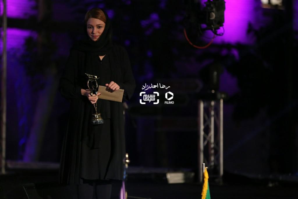 غزاله معتمد برنده جایزه بهترين طراح لباس برای فیلم «ابد و یک روز» در هجدهمین جشن سینما ایران