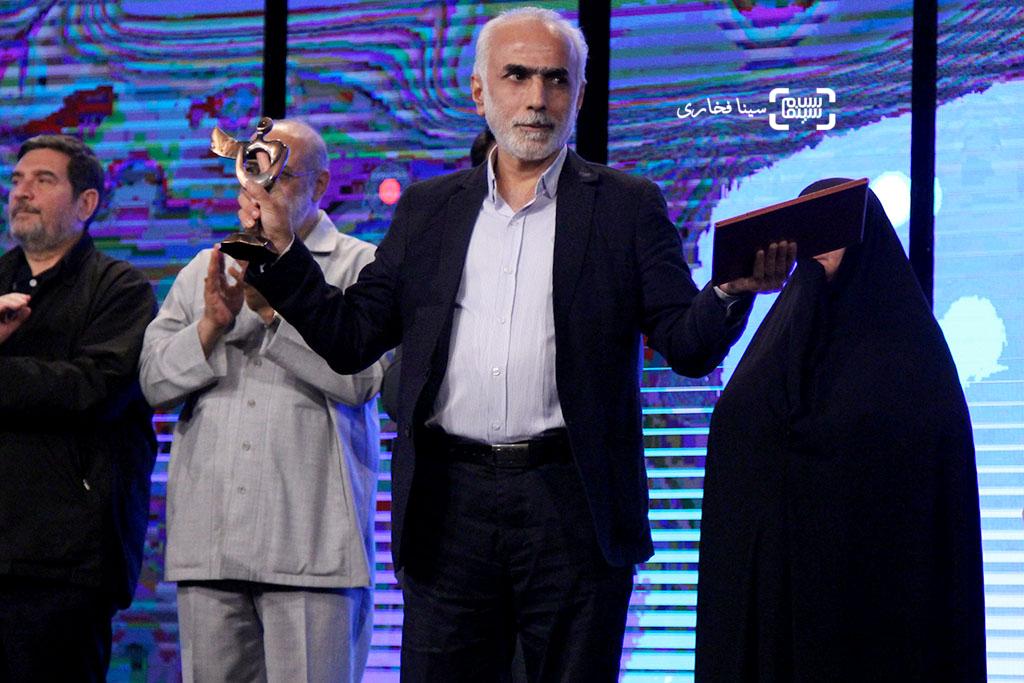 حبیب والی نژاد برنده تندیس بهترین فیلم برای فیلم «ایستاده در غبار» در اختتامیه جشنواره فیلم مقاومت