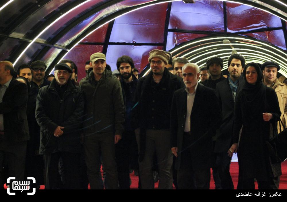 عوامل فیلم «ایستاده در غبار» در فرش قرمز سی و چهارمین جشنواره فیلم فجر