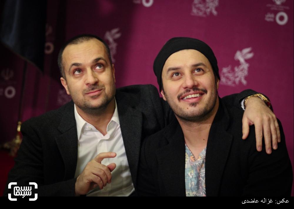 جواد عزتی و احمد مهران فر بر روی فرش قرمز فیلم «زاپاس» در کاخ سی و چهارمین جشنواره فیلم فجر