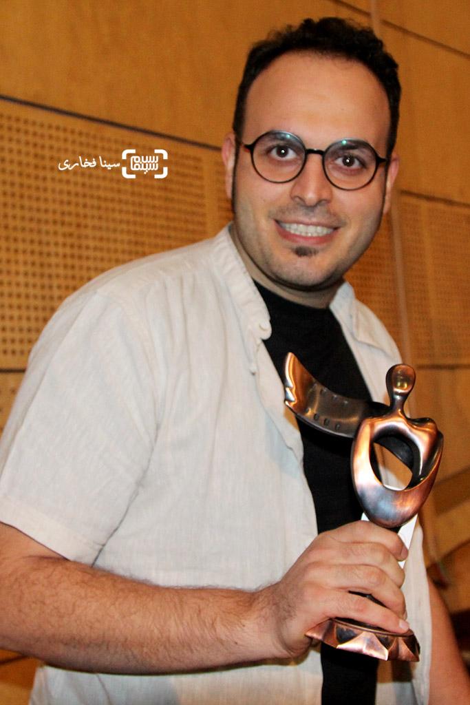 محمدحسین مهدویان برنده تندیس بهترین فیلمنامه برای فیلم «ایستاده در غبار» در اختتامیه جشنواره فیلم مقاومت