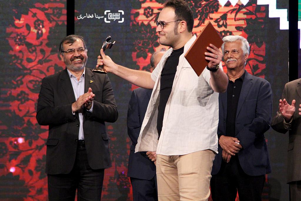 محمدحسین مهدویان برنده تندیس بهترین فیلمنامه برای «ایستاده در غبار» در اختتامیه جشنواره فیلم مقاومت