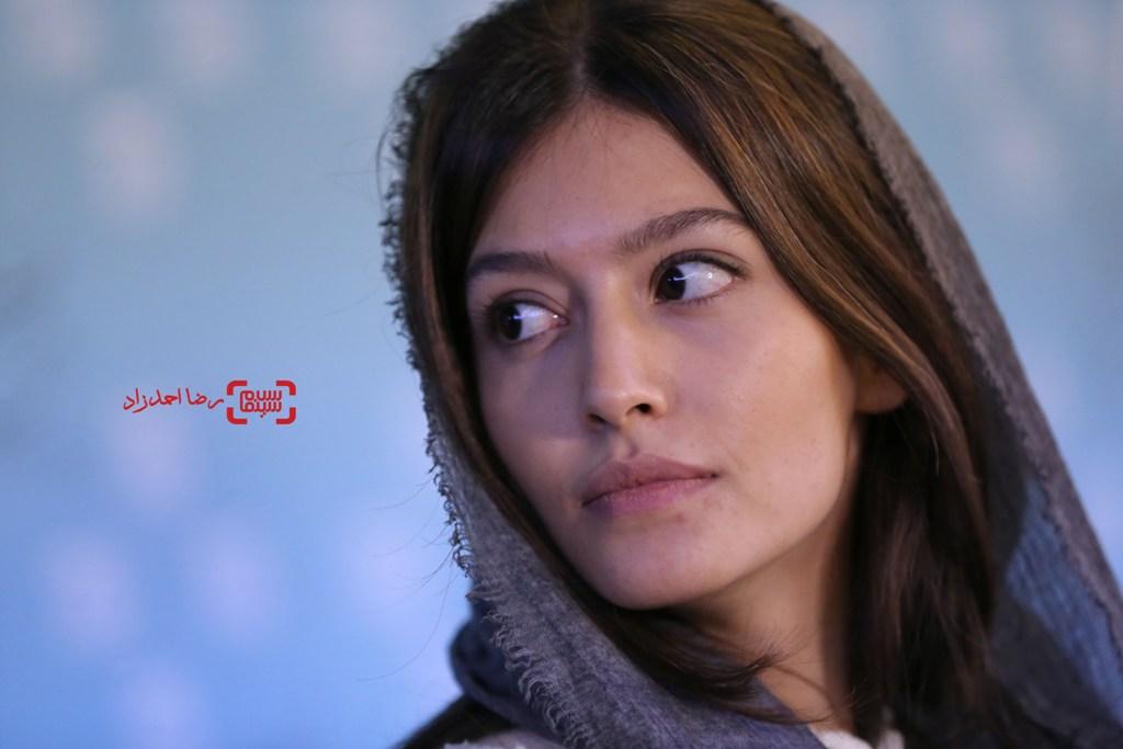 پردیس احمدیه در نشست خبری فیلم «خفه گی» در سی و پنجمین جشنواره فیلم فجر