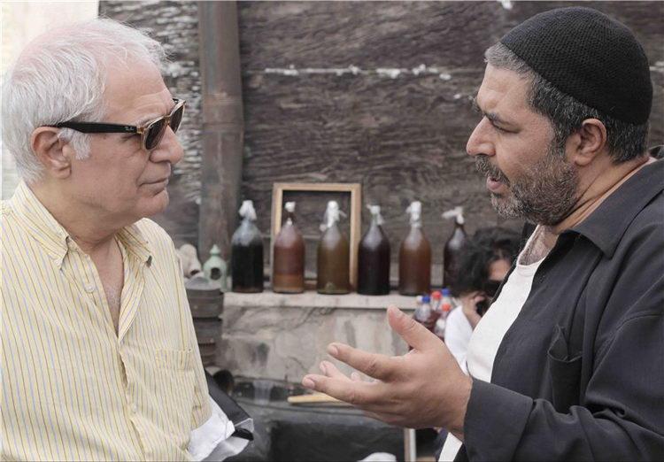 فرهاد اصلانی و محمود کلاری در نمایی از پشت صحنه فیلم «کوچه بی نام»
