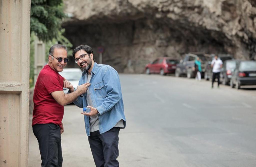 محمدرضا فروتن و حمیدرضا آذرنگ در نمایی از پشت صحنه فیلم «عادت نمی کنیم»