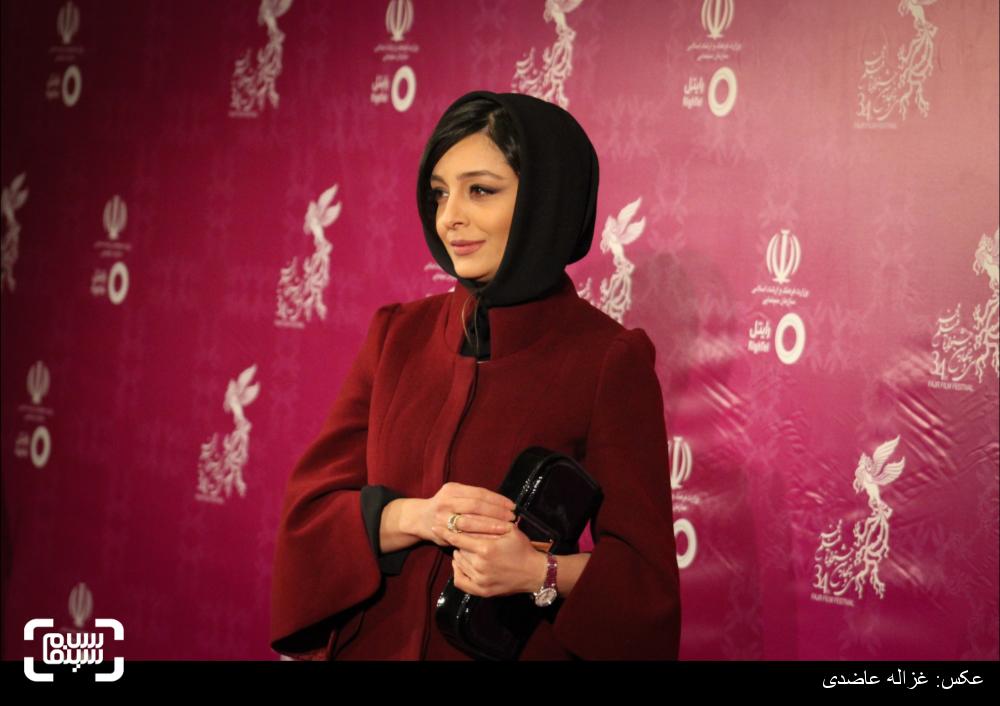 ساره بیات در فرش قرمز سی و چهارمین جشنواره فیلم فجر