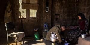 نمایی از فیلم «اینجا کسی نمی میرد» با بازی هومن سیدی و بهار کاتوزی