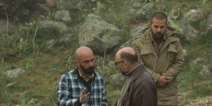 هومن سیدی و حسین کندری در نمایی از پشت صحنه فیلم «اینجا کسی نمی میرد»