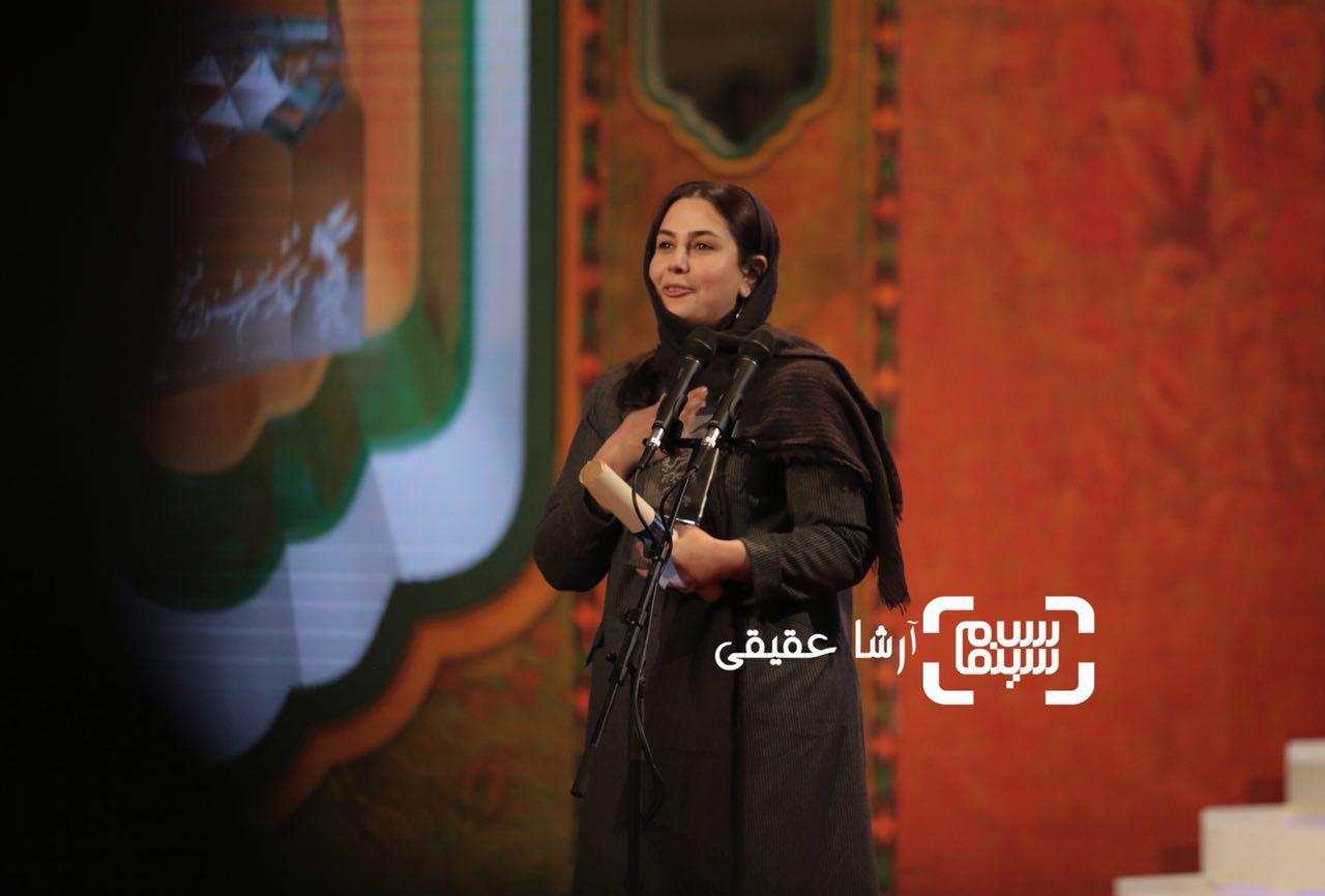 سارا خالدی زاده برنده سیمرغ بلورین بهترین طراحی لباس برای «بمب یک عاشقانه» از سی و ششمین جشنواره فیلم فجر