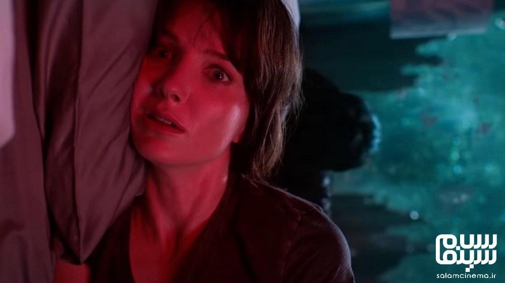 عکس از آنابل والیس، بازیگر فیلم بدخیم در صحنه ای از فیلم در تخت - معرفی فیلم و تریلر بدخیم