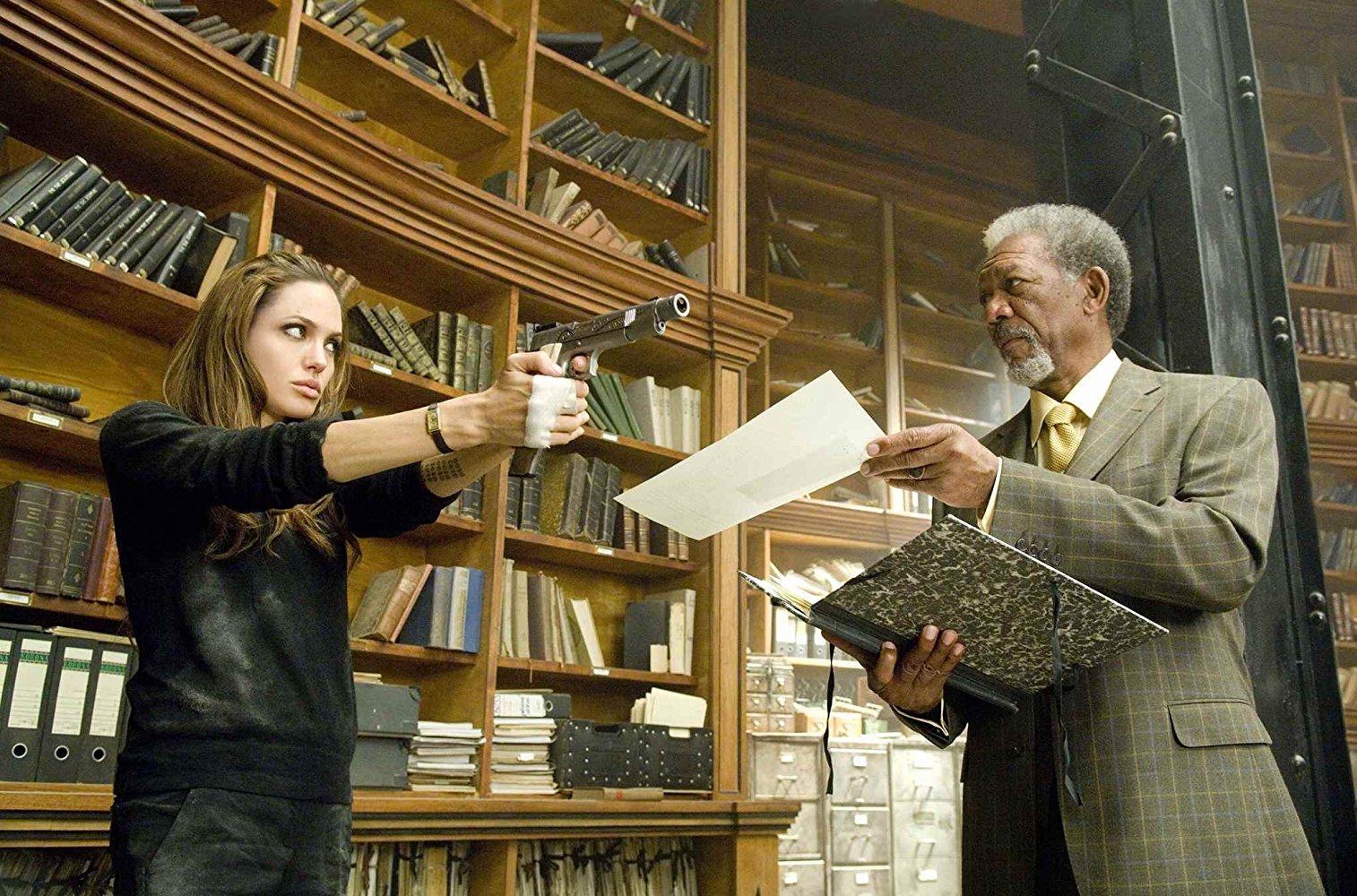 آنجلینا جولی و مورگان فریمن در نمایی از فیلم تحت تعقیب
