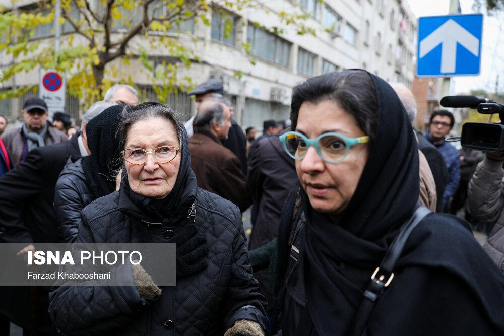 همسر و دختر نصرت الله کریمی در مراسم تشییع پیکر نصرت الله کریمی