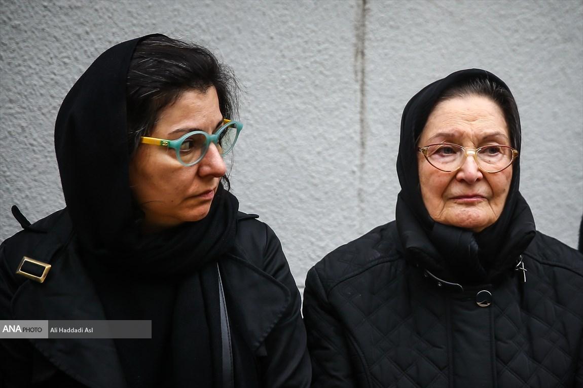 همسر و دختر کریمی در مراسم تشییع پیکر نصرت الله کریمی