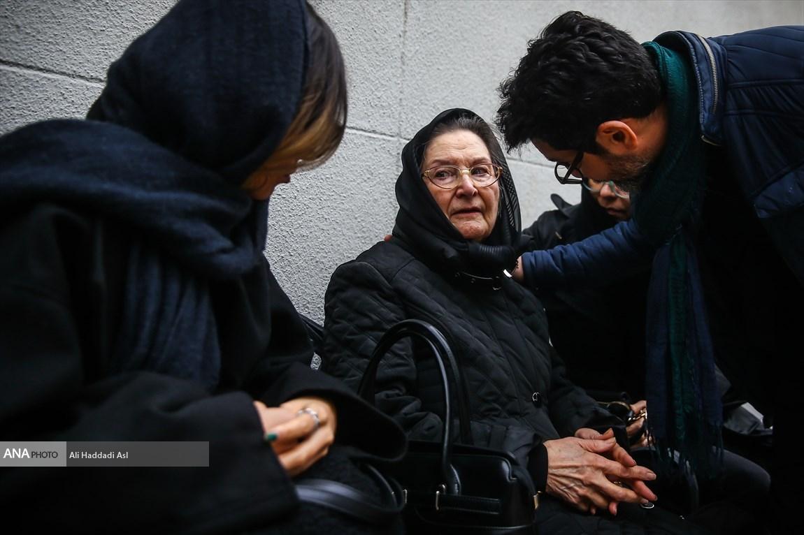 همسر نصرت الله کریمی در مراسم تشییع