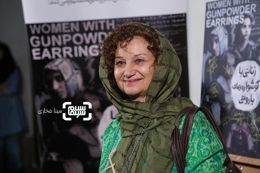 مستند زنانی با گوشواره های باروتی